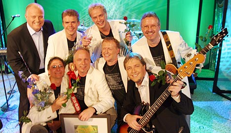 "Ingemars vant Årets Danseband 2005 med låta ""Hæffer skær vi slærve og skravle"". Her sammen med programlederne Erik Forfod og Tore Strømøy. Foto: Jørn Gjersøe, nrk.no/musikk."