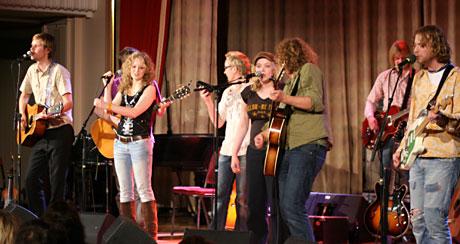Real Ones, Hush, Teitur (delvis skjult), Christer Knutsen (flygel, skjult) og Ane Brun i et av fellesnumrene i konserten lørdags kveld. Foto: Per Ole Hagen