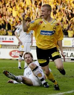 Erik Hoftun nede for telling, mens Pål Steffen Andresen jubler etter å gitt Lillestrøm ledelsen. (Foto: Ørn E. Borgen / SCANPIX)