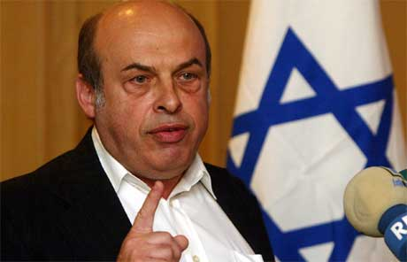 Den israelske ministeren Nathan Sharansky går i protest. (Foto: AP/Scanpix)