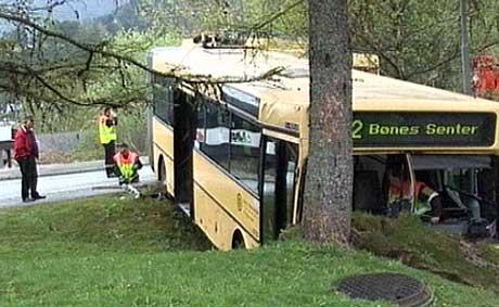 Bussen gikk i grøften i Bråtet i Fyllingsdalen. Foto: Tor Iversen/ NRK.