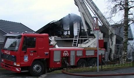 Det brennende huset sto ikke til å redde. (Alle foto: Gordon Fjeld/NRK)