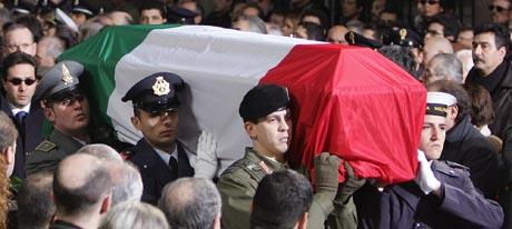 I Italia ble etterretningsoffiseren Nicola Calipari hyllet som en martyr og helt etter at han beskyttet Giuliana Sgrena med sin egen kropp. (Foto: Patrick Hertzog, AFP)