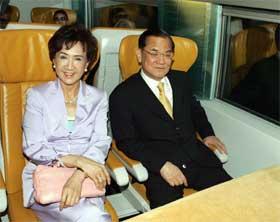 For første gang siden 1949 er en Kuomintang-leder i Kina. Her er Lien Chan på tog i Shanghai med sin kone Fang Yu. (Foto: AFP/Scanpix)