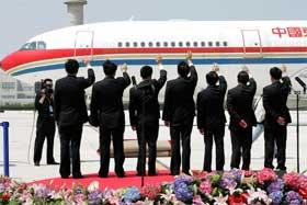 Representanter for kinesiske myndigheter hilser den taiwanske opposisjonslederen på flyplassen i Shanghai. (Foto: AFP/Scanpix)