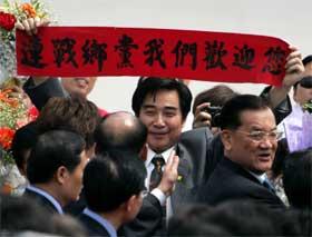 """""""Lian Chan, vi ønsker deg velkommen"""", står det på dette banneret en kinesisk mann viste fram under opposisjonslederens besøk på fastlandet. (Foto: AP/Scanpix)"""