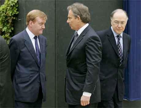 Dei tre partileiarane under ein seremoni i London 26. april. Frå venstre Charles Kennedy, Tony Blair og Michael Howard. (Foto: AP/Scanpix)
