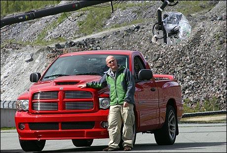 Jan Erik innrømmer at tester av biler som Dodge Ram SRT-10 nok kan få folk til å ønske seg store og fine biler. (Foto: Bjørnar Fjeldvær)