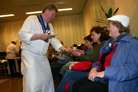 Kokken Arne Bredland er en kjent stemme for lytterne i Trøndelag. Han hadde bakt egen jubileumskake som han villig delte ut blant de frammøtte. (Foto: Jon-Annar Fordal)
