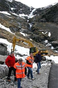 Tirsdag begynte arbeidet med å lage en ny nedre trasé i Trollstigen. Vegen skal bygges utenom den mest rasutsatte delen av vegen. (Foto: Kjell Herskedal/Scanpix)