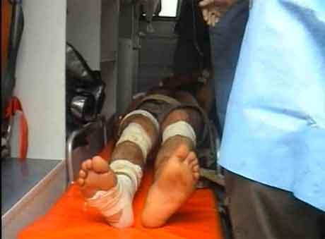 Ein av dei skadde får hjelp på eit lokalt sjukehus. (Foto: APTN)