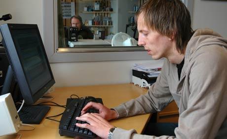 Knut Dørum Lillebakk svarte på spørsmål frå NRK sine lokale i Molde. (Foto: Ivar Eidheim)