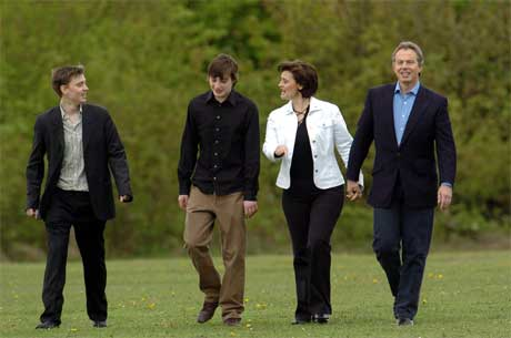 Britenes statsminister Tony Blair på vei for å avgi stemme sammen med kona Cherie og sønnene Euan (t.v.) og Nicky i dag. (Foto: AFP/Scanpix)