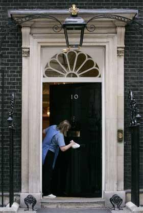 Døra til statsministerboligen 10 Downing Street rengjøres før Blair trolig tar fatt på fem nye år i boligen. (Foto: Reuters/Scanpix)