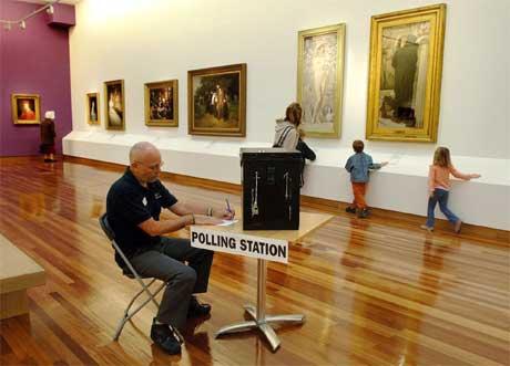 Dette valglokalet i York er blant verdens vakreste: Det er plassert blant unike malerier i York kunstgalleri. (Foto: AP/Scanpix)
