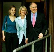 TAPER NOK: Michael Howard hadde med seg kona Sandra og datteren Larissa da han stemte i landsbyen Lympne i Sørøst-England. Foto: Reuters/Scanpix.
