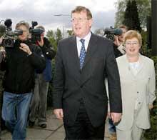 I NORD-IRLAND: Den moderate UUP-lederen David Trimble, her med kona Daphne, ventes å tape for de mer ytterligående unionistene. Foto: Reuters/Scanpix.