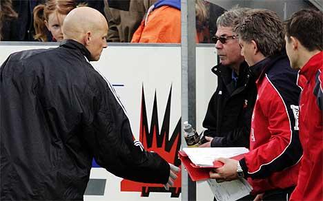 Ham-Kam-trener Ståle Solbakken takker FFK-benken for kampen som endte 1-1 (Foto: Cornelius Poppe / SCANPIX)