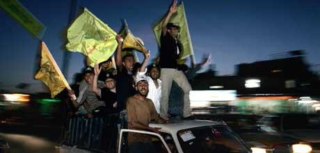 Tilhengere av Fatah-bevegelsen feirer i gatene i byen Rafah, sør i Gaza. (Foto: AP/Scanpix)