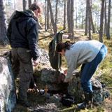Martin og Unni forbereder seg til å gjør opp ild uten fyrstikker. Foto: NRK
