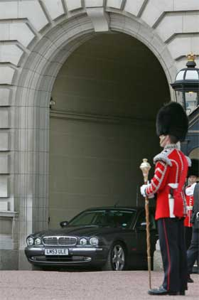 Tony Blair på vei til statsministerboligen etter møte med dronningen i Buckingham Palace i formiddag. (Foto: Reuters/Scanpix)