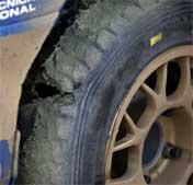To av Petter Solbergs Pirelli-dekk eksploderte fredag på den siste fartsprøven i Rally Italia Sardinia. Foto: Heiko Junge / SCANPIX