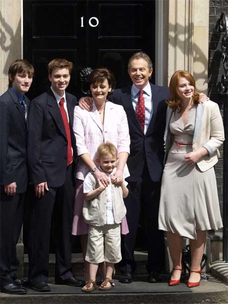 Familien Blair behøver ikke levere flyttemelding med det første. Beboerne i 10 Downing Street er fortsatt Tony Blair, kona Cherie, datteren Kathryn og sønnene Nicky (t.v.), Euan og lille Leo. (Foto: Reuters/Scanpix)