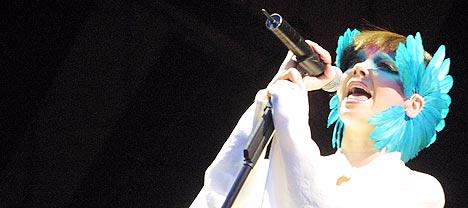 Björk, her på Roskilde 2003, fikk sitt forrige album tilpasset at mange sannsynlig vis ville høre på det i mp3-format. Foto: Jørn Gjersøe, nrk.no/musikk.