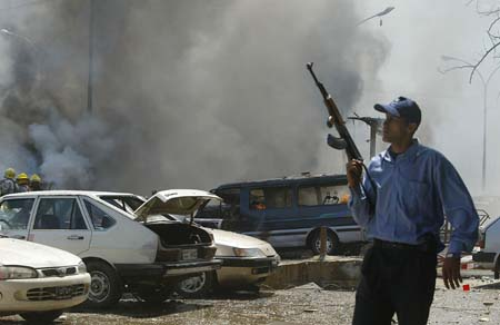 En irakisk politimann sikrer området i hjertet av Bagdad der bomben ble sprengt. (Foto: A.Al-Saadi, AFP)
