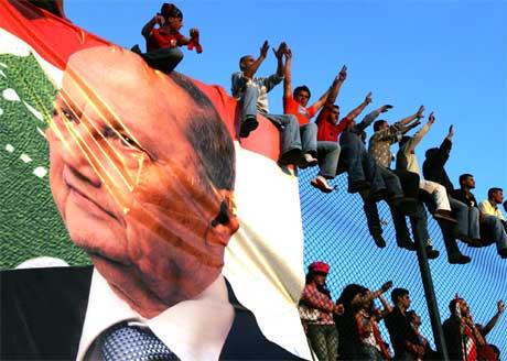 SYMBOL: Selv om mange jublet for Aouns tilbakekomst, har den tidligere kristne militslederen også mange motstandere. Foto: AP/Scanpix.