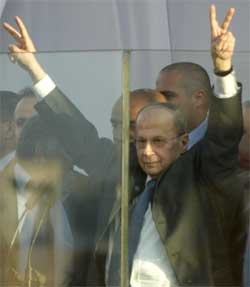 TERRORMÅL:Michel Aoun måtte holde seg bak skuddsikkert glass i sin første tale. Foto: AFP/Scanpix.