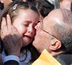 GJENSYN: Michel Aoun kysser sin datterdatter etter å ha ankommet Beirut flyplass.