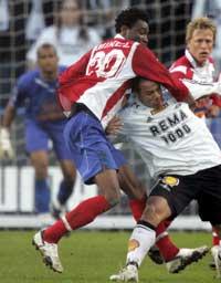 RBKs Daniel Braaten og John Obi Mikel (til venstre) i duell under eliteseriekampen mellom Lyn og Rosenborg på Ullevaal stadion søndag kveld. (Foto: Cornelius Poppe / SCANPIX)
