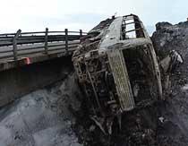 Bussen brant fullstendig ut etter utforkjøringen. Foto: NRK.