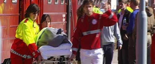 Passasjerene som ble fraktet ned fra fjellet med nattoget fra Trondheim, ble tatt hånd om av helsepersonell på jernbanestasjonen i Bodø. Foto: NRK.