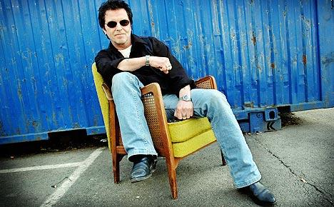 Casino Steel går solo med country. Plata «Released On Parole» slippes i august. Her tar han en pause i solskinnet utenfor studioet. Foto: Gitte Johannessen, NTB.
