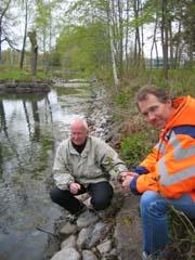 Øyvind Jacobsen fra Tønsberg kommune og Arvid Veseth fra Statens Vegvesen er uenig om årsaken til at vannet synker. Fot; Yngve Tørrestad, NRK.