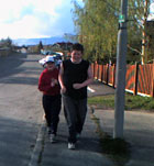 Kristian og søsteren i fint driv langs fortauet.