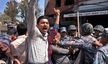 Opprørspoliti arresterte i går maoistiske studentaktivister, som demonstrerte mot kong Gyanendra (Scanpix/AP)