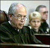 Dommer Sanders Sauls fikk knapt lest opp kjennelsen i går før den ble anket til Floridas høyesterett. (Foto: APTN)