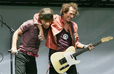 Mick Jagger og Keith Richards moret seg under pressekonferansen. (Foto: Scanpix / Reuters)
