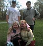 Sammen med venner på gressplenen.