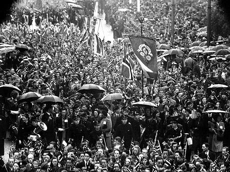 Øsende regn la ingen demper på festelighetene under den første feiringen av nasjonaldagen etter krigen. Bildet er fra Oslo 17. mai 1945. Foto: NTB / Scanpix