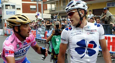 """KRANGEL: Bettini og Cooke """"diskuterer"""" etter målpassering. (Foto: Scanpix / AP)"""