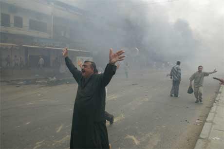 En mann roper ut sin fortvilelse etter eksplosjonen øst i Bagdad i formiddag. (Foto: AFP/Scanpix)