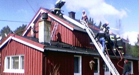 Boligen er totalskadd av brannen. MMS-foto: Geir Olav Slåen.