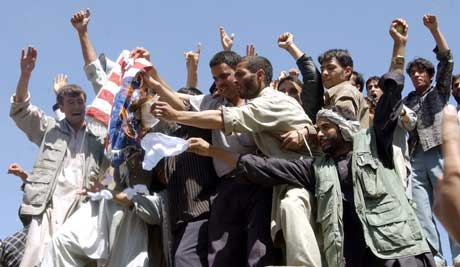 BRENNER FLAGG: Studentene brenner amerikansk flagg i Kabul (Foto: Scanpix /Reuters / Shah Marai)