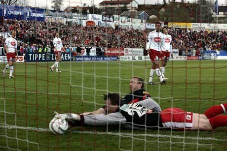 Kanskje gjør han danske av seg, men foreløpig er Kvisvik godt fornøyd med å lure ballen inn bak FFK-keeper Steinar Sørlie.(Foto: Erlend Aas / SCANPIX)