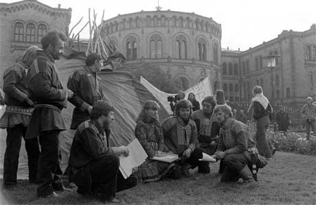 Samer demonstrerer foran Stortinget mot utbyggingen av Alta-Kautokeino-vassdraget. (Foto: Scanpix)