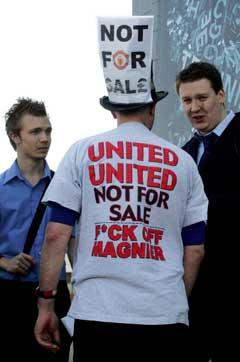 Manchester United-supporter Richie Farman viser tydelig hva han mener om Malcolm Glazers oppkjøp. (Foto: AFP/Scanpix)